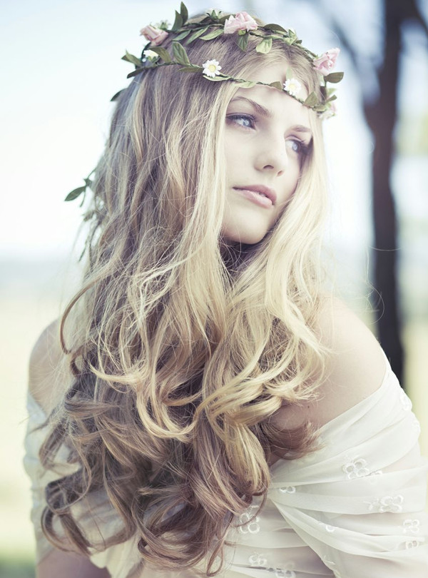 Bohemian-Loose-Curly-Bridal-Hairstyle-with-Pretty-Floral-Wreath