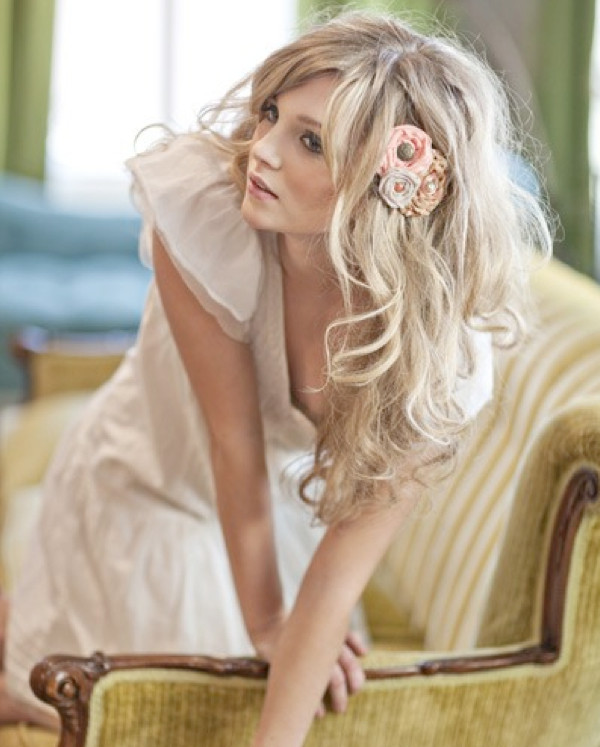 Loose-Wavy-Down-Wedding-Hairstyle-with-Floral-Brooch-in-Side (2)